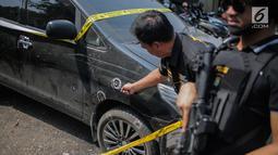 Petugas kepolisian menunjukkan barang bukti mobil yang digunakan tersangka kasus narkotika jaringan Internasional Malaysia-Indonesia di Polres Jakarta Barat, Selasa (16/7/2019). Polisi berhasil mengamankan Empat tersangka. (Liputan6.com/Faizal Fanani)