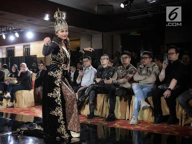 Finalis Jawa Barat, Mentari Novel menampilkan bakat dalam balutan busana tradisional dari daerahnya saat babak preliminary Miss Grand Indonesia 2018 di Jakarta, Senin (16/7). Sebanyak 30 finalis mencapai babak preliminary. (Liputan6.com/Faizal Fanani)