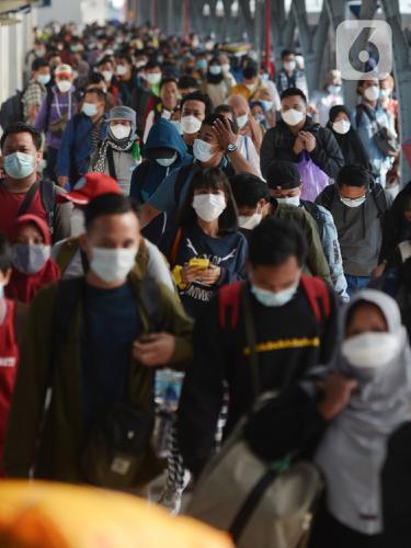 FOTO: Suasana Arus Balik Mudik Lebaran di Stasiun Pasar Senen