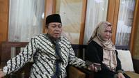 Mustofa Aqiel Siradj menantu almadrhum Maimoen Zubair mendampingi sang istri Shobihah Maimoen Zubair memberikan keterangan pers. Foto (Liputan6.com / Panji Prayitno)