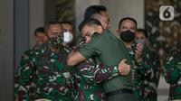 KSAD Jenderal TNI Andika Perkasa (kiri) memeluk Aprilia Manganang saat namanya berubah menjadi Aprilio Perkasa Manganang di Mabes AD, Jakarta, Jumat (19/3/2021). PN Tondano resmi mengabulkan permohonan pengubahan nama Aprilia Manganang menjadi Aprilio Perkasa Manganang. (Liputan6.com/Faizal Fanani)