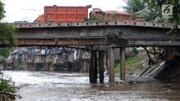 Deretan pemukiman padat di bantaran kali Ciliwung di sekitar kawasan Manggarai, Jakarta, Jumat (6/4). Keberadaan bangunan di bantaran sungai itu dianggap menghambat pengerjaan normalisasi Sungai Ciliwung. (Liputan6.com/Helmi Fithriansyah)