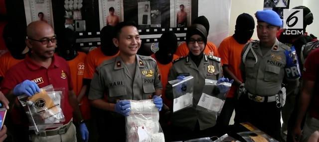 Seorang pelajar yang menyambi jadi pengedar narkoba ditangkap polisi bersama ribuan pil koplo.