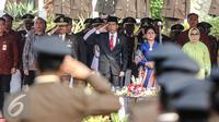 Presiden Jokowi (ketiga kanan) memberi penghormatan saat upacara  Peringatan Hari Bhakti Adhyaksa ke-55 di Kejaksaan Agung, Jakarta, Rabu (22/7/2015). Tema hari Bhakti Adhyaksa ke-55 'Tingkatkan Kinerja, Bela Anak Bangsa.' (Liputan6.com/Faizal Fanani)