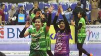 Pemain PGN Jakarta Popsivo Polwan melambaikan tangan ke penonton setelah kemengan 3-1 atas Jakarta BNI 46 di Final Four Proliga 2019 di GOR Ken Arok, Malang, Sabtu (16/2/2019). (Bola.com/Gatot Susetyo)