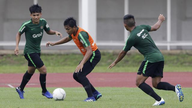 Pemain Timnas Indonesia U-22, Rachmat Irianto, menggiring bola. (Bola.com/Yoppy Renato)