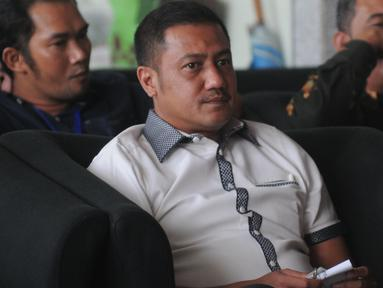 Pengusaha asal Aceh, Teuku Rafly Pasya berada di ruang tunggu sebelum menjalani pemeriksaan di Gedung KPK, Jakarta, Jumat (14/9). Mantan suami Tamara Bleszynski itu diperiksa dalam kasus korupsi proyek pembangunan dermaga Sabang. (Merdeka.com/Dwi Narwoko)