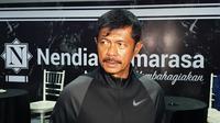 Indra Sjafri menyempatkan diri mencicipi catering untuk pernikahan putranya di sela-sela kesibukan bersama Timnas Indonesia U-23. (Bola.com/Zulfirdaus Harahap)