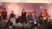 Penampilan Govinda band pada acara Vidio Fair 2.0 di Gandaria City Mall, Jakarta Selatan, Sabtu (3/11). Selain Govinda, musisi-musisi papan atas seperti Sheryl Sheinafia, Andien dan GIGI juga akan tampil menghibur pengunjung (Liputan6.com/Herman Zakharia)