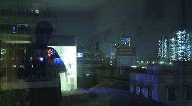 Refleksi dari fotografer Associated Press Rafiq Maqbool terlihat di kaca jendela selama karantina di sebuah hotel di Mumbai, India, 25 April 2020. Maqbool dinyatakan positif COVID-19 dengan lusinan jurnalis lainnya yang kemudian dikarantina di sebuah hotel. (AP Photo/Rafiq Maqbool)