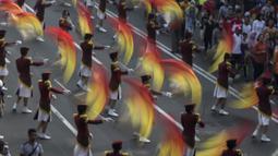 Siswi Akademi Kepolisian melakukan atraksi saat Parade Asian Games 2018 di Jakarta, Minggu (13/5/2018). Parade ini diadakan untuk mempopulerkan multievent empat tahunan tersebut. (Bola.com/Vitalis Yogi Trisna)