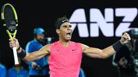 Petenis Spanyol, Rafael Nadal merayakan kemenangan usai mengalahkan Nick Kyrgios dari Australia selama pertandingan putaran keempat kejuaraan tenis Australia Terbuka di Melbourne, Australia (27/1/2020). (AFP Photo/William West)