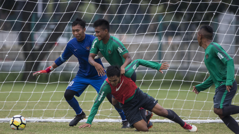 Pemain Timnas Indonesia, Nur Hardianto berebut bola dengan Rachmat Irianto saat latihan di Lapangan ABC Senayan, Jakarta, Sabtu (17/3/2018). Latihan ini merupakan persiapan jelang laga uji coba melawan Singapura. (Bola.com/Vitalis Yogi Trisna)