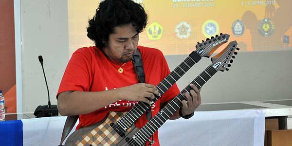 Balawan memeriahkan acara pembukaan SCTV Goes Campus Yogyakarta di Kampus Fisipol Universitas Gajahmada (15/3).(Foto: Agung Binarko)