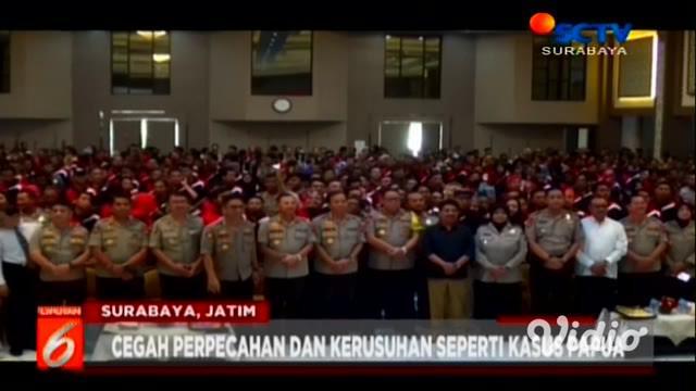 Ratusan netizen atau warganet dari berbagai daerah di Jawa Timur berkumpul di Mapolda Jawa Timur.