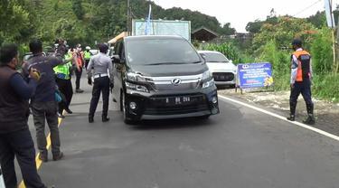 Sejumlah petugas gabungan melakukan penyekatan mengantisipasi kunjungan wisatawan di jalur Puncak, Bogor dan Cianjur, untuk mencegah kerumunan orang di tengah darurat wabah COVID-19.