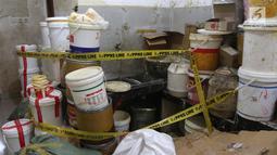 Barang bukti bahan baku kosmetik palsu di kawasan Tambora, Jakarta Barat, Selasa (15/5). Dalam penggerebekan petugas mengamankan kosmetik palsu  senilai Rp 7,4 miliar. (Liputan6.com/Arya Manggala)