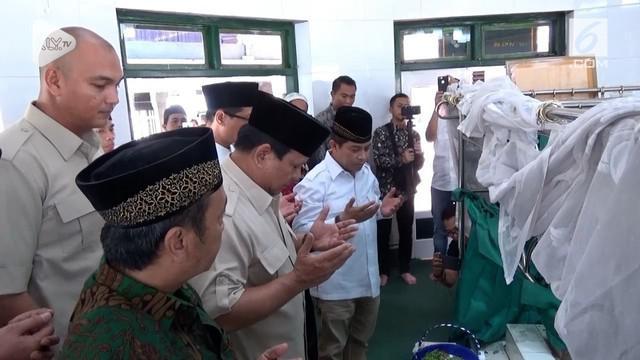Capres no urut 2 Prabowo Subianto berziarah ke makam sesepuh NU almarhum KH Achmad Sidiq. Ziarah ini digelar Prabowo di saat pelaksanaan safari politiknya di Pulau Jawa