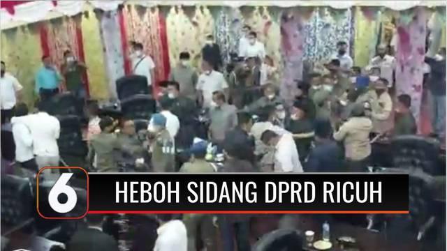 Sidang Paripurna DPRD Kabupaten Solok, Sumatra Barat, diwarnai keributan. Sebagian besar anggota dewan tak menginginkan rapat dipimpin Ketua DPRD yang tengah mendapat mosi tak percaya dari anggotanya.