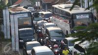 Sejumlah pengendara motor juga terjebak kemacetan di jalur lingkar Nagrek, Jawa Barat, Sabtu (2/7). Meningkatnya volume kendaraan menjadi penyebab kemacetan di jalur yang rutin dilintasi pemudik setiap tahun tersebut. (Liputan6.com/Immanuel Antonius)