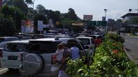 Wisatawan yang terjebak kemacetan di jalur Puncak, Bogor, Sabtu (8/6/2019) pagi. (Liputan6.com/Achmad Sudarno)