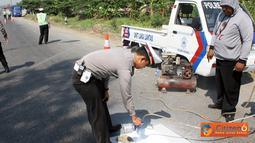 Citizen6, Kendal: Dalam rangka HUT Satlantas yang ke-56, jajaran Satlantas Polres  Kendal mengadakan kegiatan pengecatan Zebra Cross dan pembersihan rambu lalu lintas di sejumlah titik jalan raya Pantura Kabupaten, Sabtu (24/9). (Pengirim: Aryo Widiyanto)