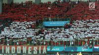 Suporter Indonesia menampilkan koreografi bendera Merah Putih jelang menyaksikan laga Indonesia lawan Laos pada penyisihan Grup A Sepak Bola Asian Games 2018 di Stadion Patriot Candrabhaga, Bekasi, Jumat (17/8). (Liputan6.com/Helmi Fithriansyah)