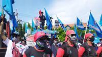 Sebanyak 500 buruh dari DPD FSP LEM SPSI Jawa Timur melakukan aksi unjuk rasa tolak Undang-Undang Cipta Kerja (UU Cipta Kerja), Kamis, (22/10/2020). (Foto: Liputan6.com/Dian Kurniawan)