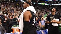 Forward Los Angeles Clippers, Paul Pierce, melambaikan tangan sebagai tanda perpisahan kepada fans Boston Celtics pada laga terakhirnya di TD Garden, Minggu (5/2/2017). (NBA)