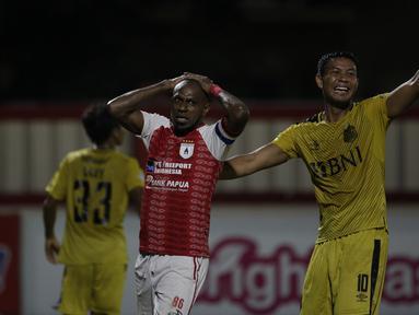 Striker Persipura, Boaz Solossa, tampak kecewa saat melawan Bhayangkara FC pada laga Liga 1 Indonesia di Stadion PTIK, Jakarta, Senin (18/11). Bhayangkara menang 2-0 atas Persipura. (Bola.com/Vitalis Yogi Trisna)