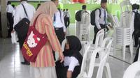 Anisa dan ibunya, Teti, ketika mengikuti sesi OPEK di kampusnya, di Cilacap, Jawa Tengah. (Foto: Liputan6.com/Muhamad Ridlo).