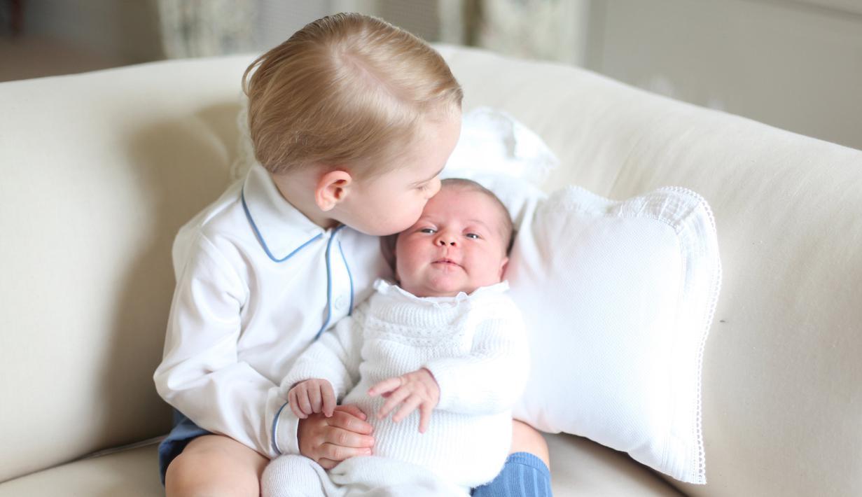 Foto yang dirilis pada Sabtu (6/6/2015) menunjukkan Pangeran George yang mencium mesra kening sang adik, Putri Charlotte di rumah mereka di Anmer Hall, Norfolk. (REUTERS/Duchess of Cambridge)