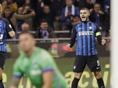 Kapten Inter Milan, Mauro Icardi, melakukan selebrasi usai mencetak gol ke gawang Sampdoria pada laga Serie A di Stadion Giuseppe Meazza, Selasa (24/10/2017). Inter Milan menang 3-2 atas Sampdoria. (AP/Luca Bruno)