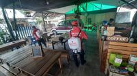 Relawan semprotkan disinfektan di cafe khusus jurnalis peliput Covid-19 di Jalan Mawar, Samarinda.
