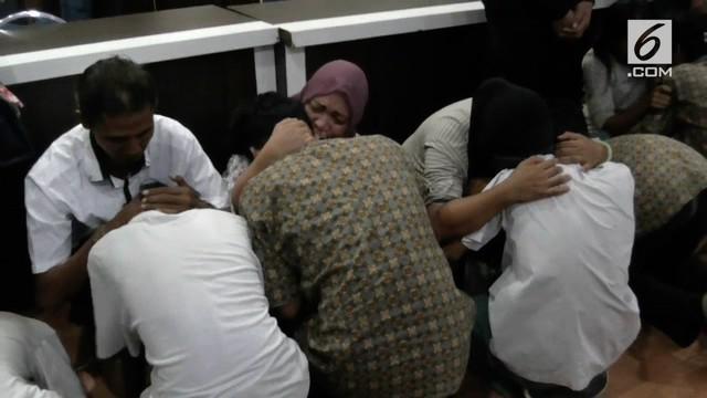 Sekelompok pelajar yang terlibat tawuran ditangkap polisi. Mereka meminta maaf kepada orang tua sambil menangis dan bersujud.