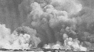 Awan asap di atas Bombay setelah ledakan pertama di atas kapal Fort Stikine.