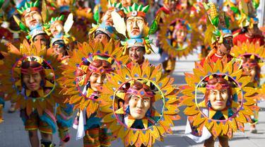 """Orang-orang bersuka ria dalam parade """"Canto a la Tierra"""" selama Karnaval Hitam dan Putih di Pasto, Kolombia, Jumat (3/1/2020). Karnaval yang telah diakui oleh UNESCO sejak 2009 tersebut berlangsung setiap Januari. (Photo by Raul ARBOLEDA / AFP)"""