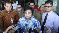Menteri Lingkungan Hidup dan Kehutanan (LHK) Siti Nurbaya didampingi Pimpinan KPK memberikan keterangan usai melakukan pertemuan, Jakarta, Senin (19/2). Kedatangan Siti Nurbaya untuk berkonsultasi mengenai beberapa masalah. (Liputan6.com/Angga Yuniar)