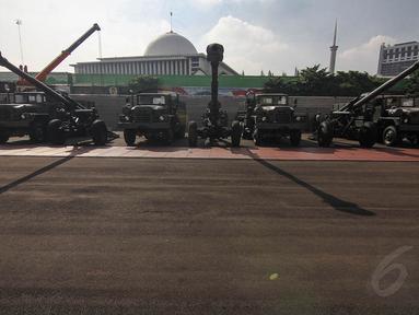 Meriam bertipe 155 mm ini berjenis Howitzer KH 179 buatan Hyundai WAI Corps Korea Selatan, Selasa (6/5/14). (Liputan6.com/Faizal Fanani)
