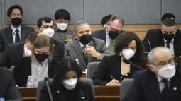 Duta Besar AS untuk Korea Selatan Harry Harris (tengah), dan diplomat asing lainnya mengenakan masker menghadiri konferensi pengarahan Menlu Korea Selatan Kang Kyung-wha mengenai situasi terkini terkait virus corona di Kemenlu Korea Selatan, Seoul (6/3/2020). (Jung Yeon-je/Pool Photo via AP)