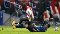 Pemain Ajax Amsterdam, Brian Brobbey, berebut bola dengan pemain Atalanta, Cristian Romero, pada laga Liga Champions di Stadion Johan Cruyff ArenA, Kamis (10/12/2020). Atalanta menang dengan skor 1-0. (AP/Peter Dejong)