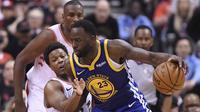 Pebasket Golden State Warriors, Draymond Green, berusaha melewati pebasket Toronto Raptors, Kyle Lowry, pada laga Final NBA di Scotiabank Arena, Toronto, Kamis (30/5). Raptors menang 118-109 atas Warriors. (AP/Frank Gunn)