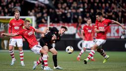 Gelandang AZ Alkmaar, Dani de Wit, berebut bola dengan gelandang Manchester United, Daniel James, pada laga Liga Europa di Stadion ADO, The Hague, Kamis (3/10). Kedua klub bermain imbang 0-0. (AFP/John Thys)