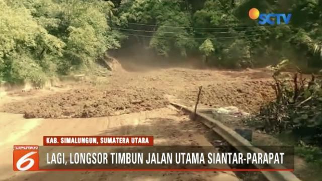 Longsor di Simalungun, Sumatra Utara mengakibatkan arus lalu lintas dari Balige menuju Parapat dan sebaliknya macet parah.