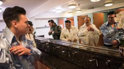 Sejumlah kontestan berdandan sebelum mengikuti Kejuaraan Elvis Eropa di Hilton Metropole Hotel di Birmingham, Inggris (5/1). Acara ini diadakan setiap tahun dan jatuh pada akhir pekan ulang tahun Elvis Presley. (AFP Photo/Oli Scarff)