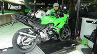 Pemilik sepeda motor biasanya memanaskan tunggangannya sebelum beraktivitas