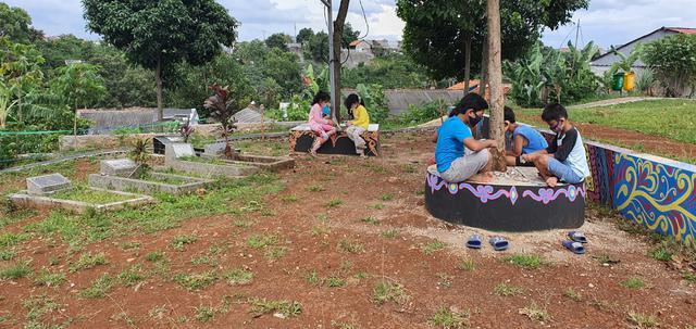 Sejumlah anak sedang beramain di taman Tempat Pemakaman Umum Islam Muara Benda, Kampung Mampangan RW9, Kelurahan Kemirimuka, Kecamatan Beji, Kota Depok. (Liputan6.com/Dicky Agung Prihanto)