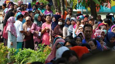 Antrean sejumlah warga untuk membeli sembako murah di RPTRA Alur Dahlia, Tegal Alur, Jakarta Barat, Selasa (21/5/2019). PT Asabri (Persero) menjual sebanyak 3 ribu sembako seharga Rp 10 ribu kepada masyarakat sekitar. (Liputan6.com/Johan Tallo)