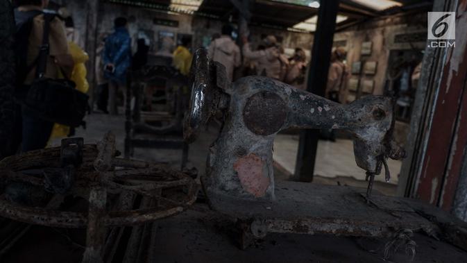 Sebuah mesin jahit yang telah terkena erupsi Gunung Merapi tahun 2010 di Galeri Sarsuadji, Sleman, Minggu (26/11). Suasana di galeri ini dapat mengingatkan kembali pada kita manusia betapa dahsyatnya ketika alam sedang murka. (Liputan6.com/Faizal Fanani)