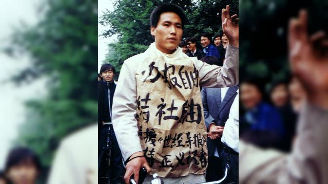 Siswa demonstran di Tiananmen, 10 Mei 1989 mengenakan kain bertuliskan kami menginginkan kebebasan pers, berkumpul, dan mendukung World Economic Herald dan jurnalis yang adil (Sa8 / Chinese Wikipedia / creative commons)